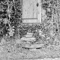 Exterieur trap bij toegangsdeur van de korenmolen, met molensteen als traptrede - Beugt - 20324952 - RCE.jpg