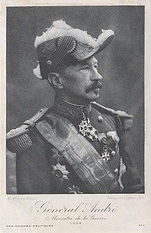 Fotografia em preto e branco a três quartos à direita de um homem em trajes gerais, usando o chapéu armado.