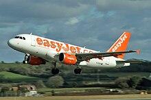 Un Airbus A319 in fase di decollo con la livrea mantenuta fino al 2015.