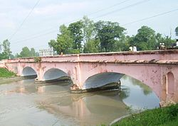 The برطانوی ایسٹ انڈیا کمپنی-era (1854) Ganeshpur bridge over the Ganges Canal in Roorkee, 2008