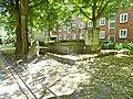 Grabsteine mit Einfriedung Heilig-Geist-Kirchhof Schleepark Altona.jpg