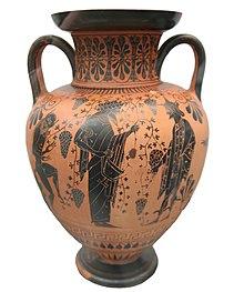 Dionysos im Gespräch mit Hermes, in der Hand einen Kantharos (Weinbecher), links ein Satyr (Quelle: Wikimedia)