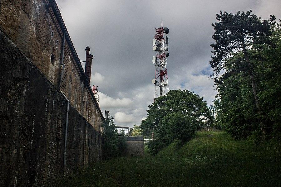 Sur la gauche, la caserne, au centre l'antenne de communication. Vue depuis l'intérieur de la troisième enceinte (la plus au centre)