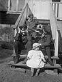 Gruppbild av tre pojkar och en baby som sitter på en trappa - Nordiska Museet - NMA.0057509.jpg