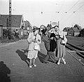 Hildegard van de Poll-Eschen en Eppo en Etty Doeve bij het spoor, Bestanddeelnr 254-2204.jpg