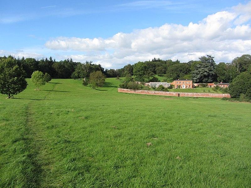 File:Hope End House & footpath above Wellington Heath, Herefordshire.jpg