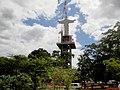 Içamento do Cristo Salvador de Sertãozinho no dia 24 de abril de 2013. O Cristo Redentor de Sertãozinho é composto por um pedestal que tem 39 metros de altura e, a escultura, feita de aço revestid - panoramio.jpg