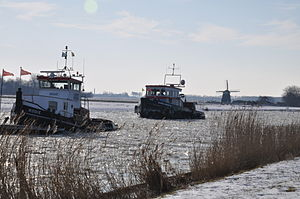IJsbrekers op het Noordhollands kanaal.JPG