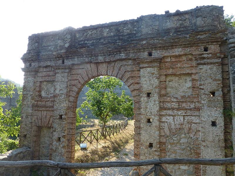 File:Ingresso principale della fonderia di Mongiana.JPG