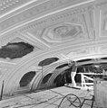 Interieur plafond balzaal tijdens werkzaamheden - 's-Gravenhage - 20086534 - RCE.jpg