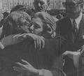 Isabel Perón abraza a una de las hermanas de Eva Perón.png