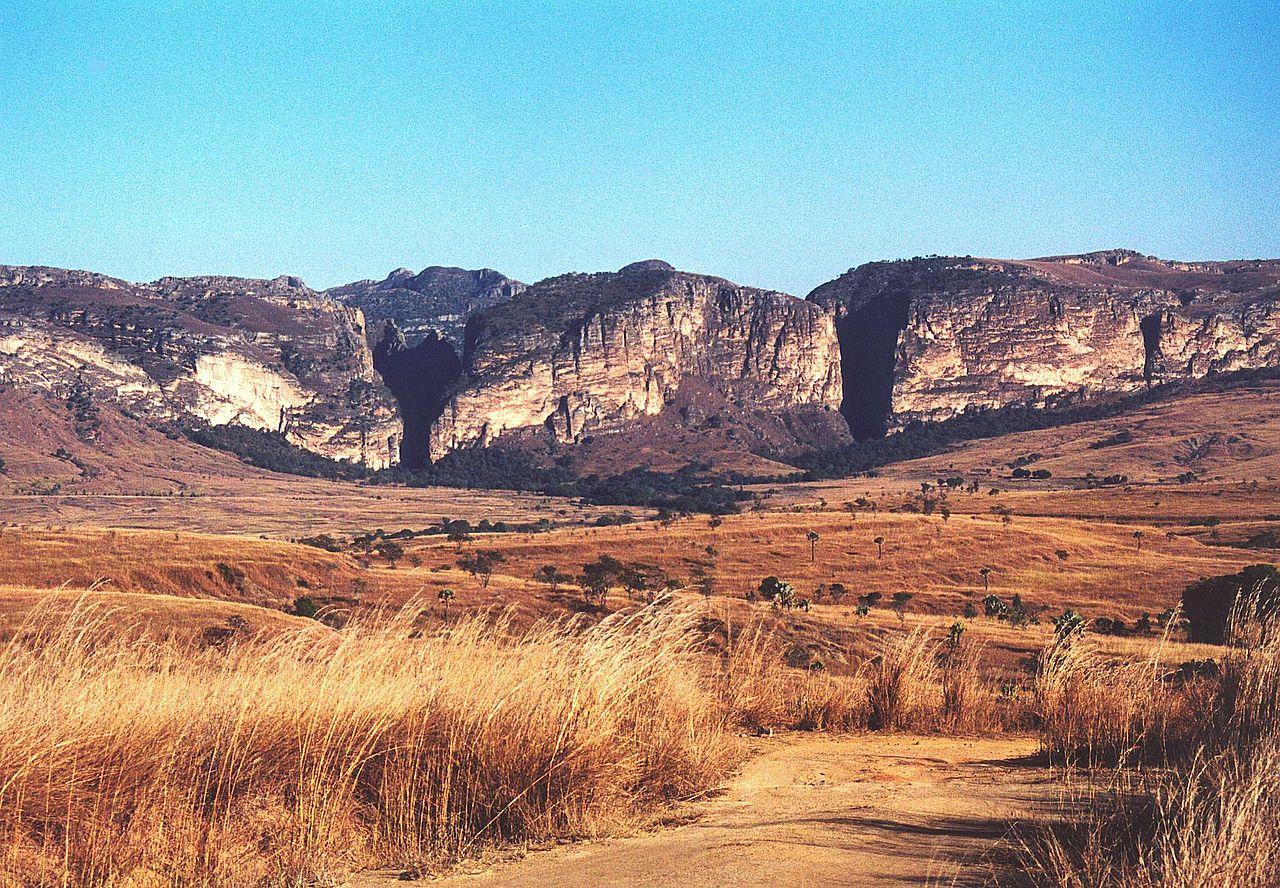 Dataran berumput yang mendominasi lanskap barat dihiasi dengan bebatuan masif, bidang hutan gugur