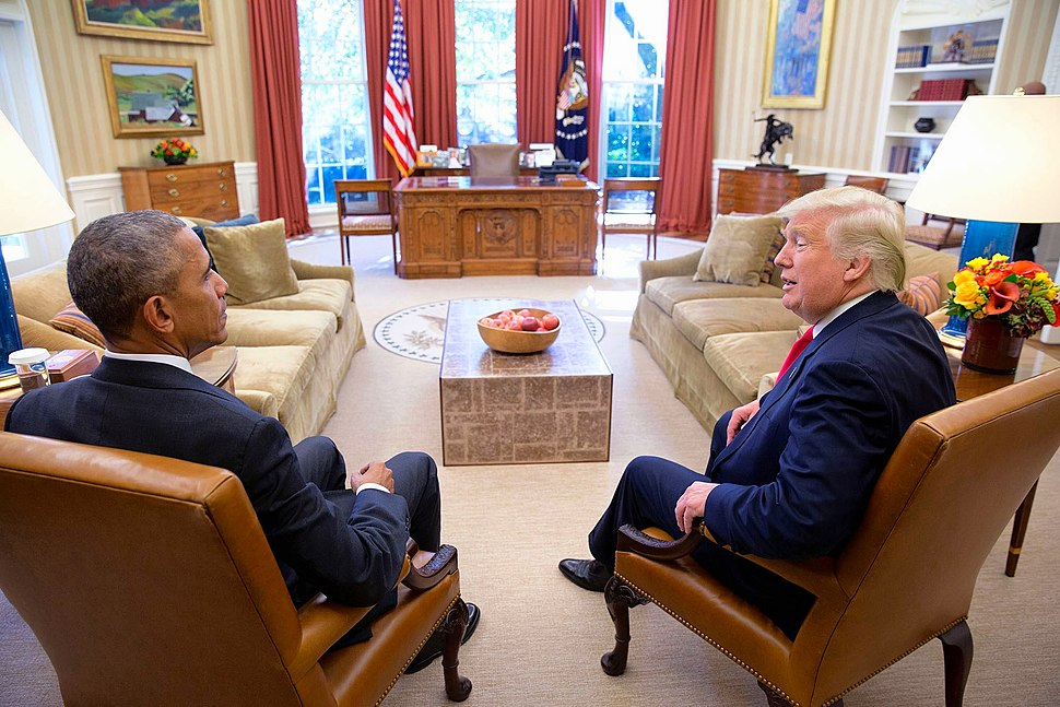 JANUS-T%C3%AAte-%C3%A0-T%C3%AAte- Sitting President %26 President-elect, Barack Obama %26 Donald Trump squatting next to each other on arm-chairs in the Oval Office on November 10th 2016. (31196987133)