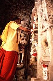 Homem jaina no interior do templo de Ranakpur. A parte inferior de seu rosto encontra-se coberta com uma máscara de modo a não inalar insectos