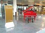 Just Play a Steinway - Red public Steinway piano in Munich Airport terminal (2015-05-23 17.29.42 by Eric Fischer).jpg