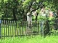 Kříž v zahradě domu 461 ve Starých Křečanech (Q104983703).jpg