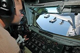 La postazione di controllo dell'operatore di sonda a bordo di un KC-135 Stratotanker