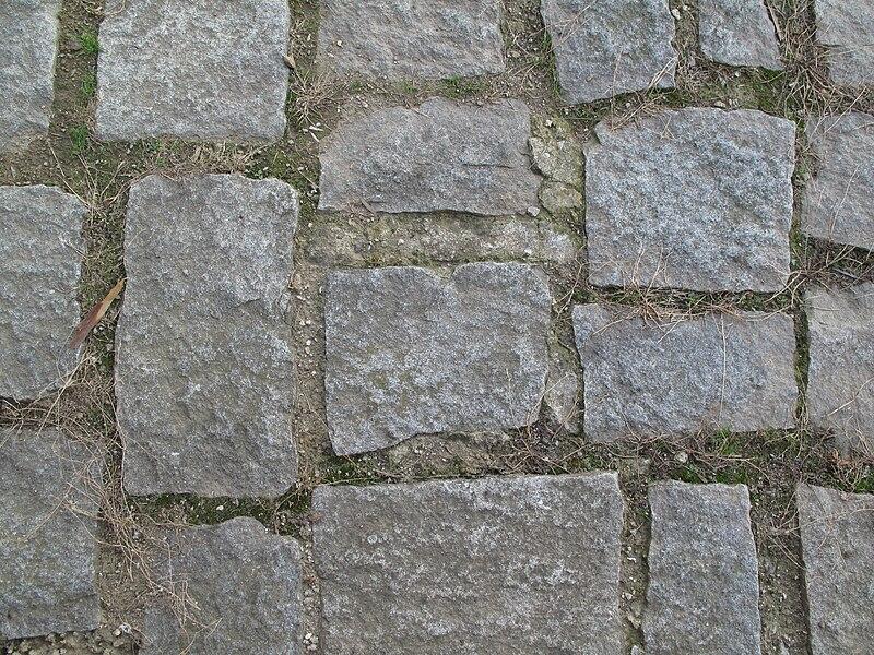 File:Kameny v zemi.jpg