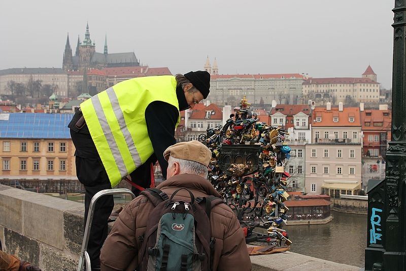 Soubor:Karlův most, removing love padlocks.jpg