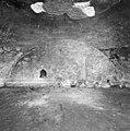Kelder onder de woontoren, vóór de ontgraving en vóór de opening van de dichtgezette deur, gezien naar het westen - Nederhemert-Zuid - 20342395 - RCE.jpg