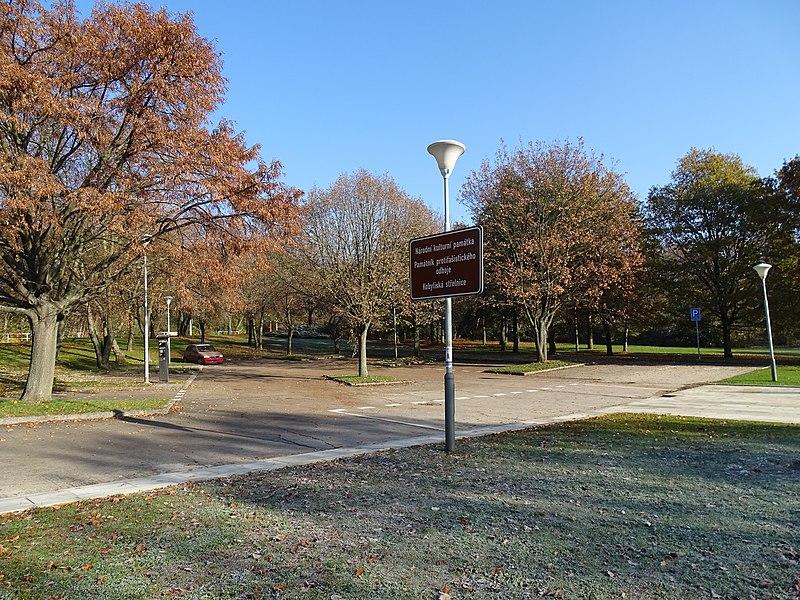 File:Kobylisy, parkoviště před střelnicí.jpg