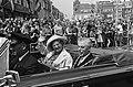 Koningin Juliana en burgemeester K.F.O. James van Gouda maken een rondrit door d, Bestanddeelnr 916-5535.jpg
