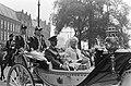 Koningin Juliana en de Groothertog in een rijtuig op weg naar Paleis op de Dam, Bestanddeelnr 920-6921.jpg