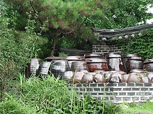 Onggi - Image: Korea Hanok Jars Kimchi 01