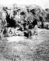 Kvinnor vid hydda. Bolivianska Chaco. Rio Pilcomayo, Gran Chaco - SMVK - 004670.tif