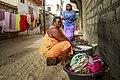 Laveuse manuelle de linges et sa fille, Tonghor, Dakar, Sénégal.jpg