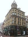 foto van Hoekpand opgetrokken als winkel annex kantoorgebouw