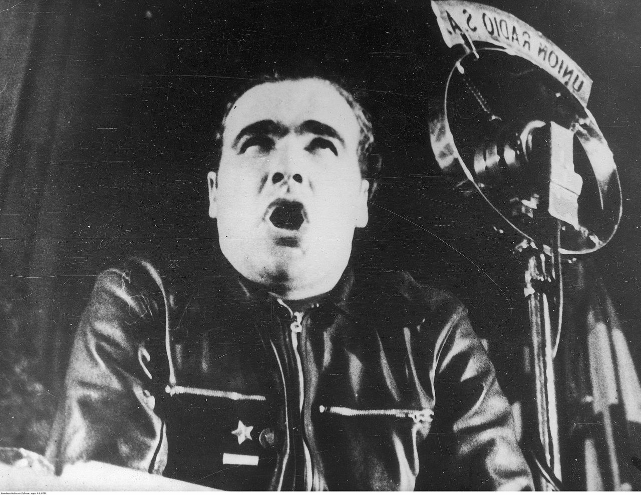 Enrique Líster hablando ante los micrófonos de Unión Radio, en 1937