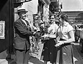 Lou Bandy 19 april 65 jaar. Voor zijn Hotel-Restaurant Lion d'Or aan de Kruisstr, Bestanddeelnr 907-0808.jpg