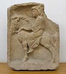 Sculptura reprezintă un mic cal îndesat văzut de profil pe care este montată o tânără femeie în rochie lungă, mâna stângă ținând frâiele și mâna dreaptă dusă înainte.