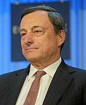 Photo non officielle de Mario Draghi sur fonds bleu.