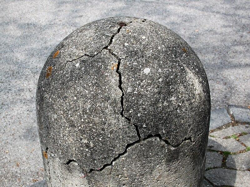 File:Mechanical weathering of a cement bollard - 20110501.jpg