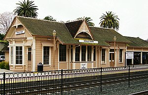 Menlo Park station building, January 2010.jpeg