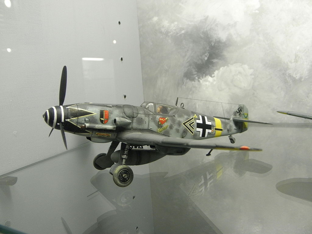 Alas de la Luftwaffe: Entrevista a Erich Hartmann, el mas grande as de la aviación mundial (352 victorias). 1024px-Messerschmitt_Bf_109G_Erich_Hartmann%2C_modello_%28Museo_del_modellismo_storico_Voghenza%29