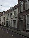 foto van Huis met lijstgevel, gepleisterde onderbouw met dubbele voordeur