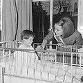 Miss Canada terwijl zij een kind een appel aanbiedt, Bestanddeelnr 918-4776.jpg