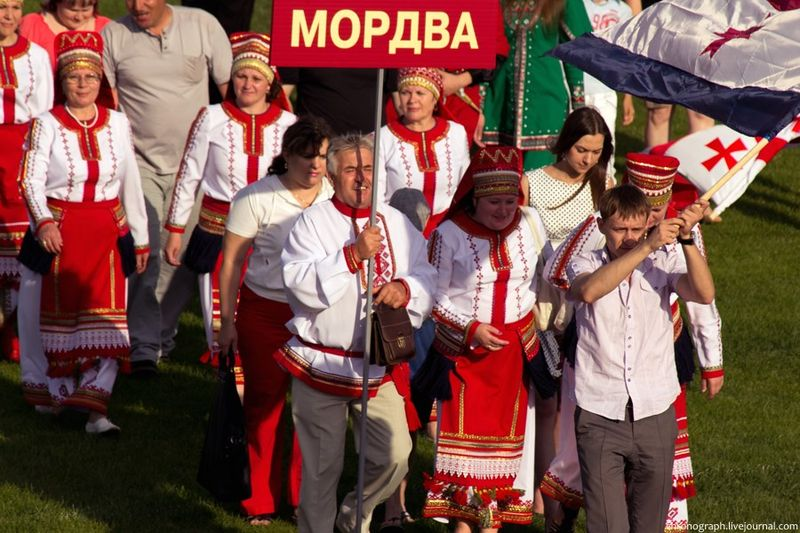 https://upload.wikimedia.org/wikipedia/commons/thumb/1/1d/Mordovians_in_Togliatti.jpg/800px-Mordovians_in_Togliatti.jpg