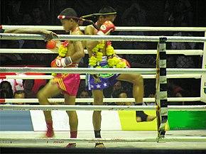 0fa3b5bf7e La danza rituale che precede un combattimento di Boxe Thailandese fra  giovani a Bangkok