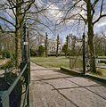 Overzicht voorgevel, linker zijgevel en tuin, met toegangshek op de voorgrond - Overschie - 20358421 - RCE.jpg