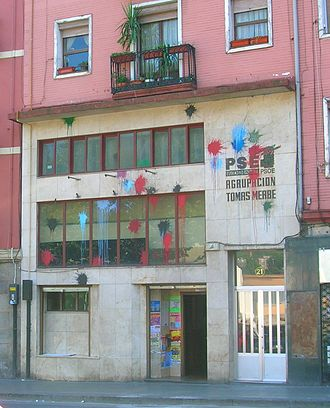 Kale borroka - A PSE-EE club in Bilbao attacked with paint blots.