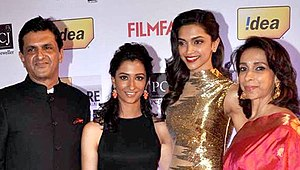 Deepika Padukone - Padukone with her parents and sister at the 59th Filmfare Awards in 2014