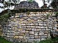 Pedres en forma romboidal d'una casa de Kuelap.jpg