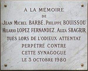 1980 Paris synagogue bombing - Commemorative plaque onto the synagogue
