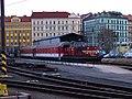 Praha hlavní nádraží, terminál autovlaků, lokomotiva s osobními vozy.jpg