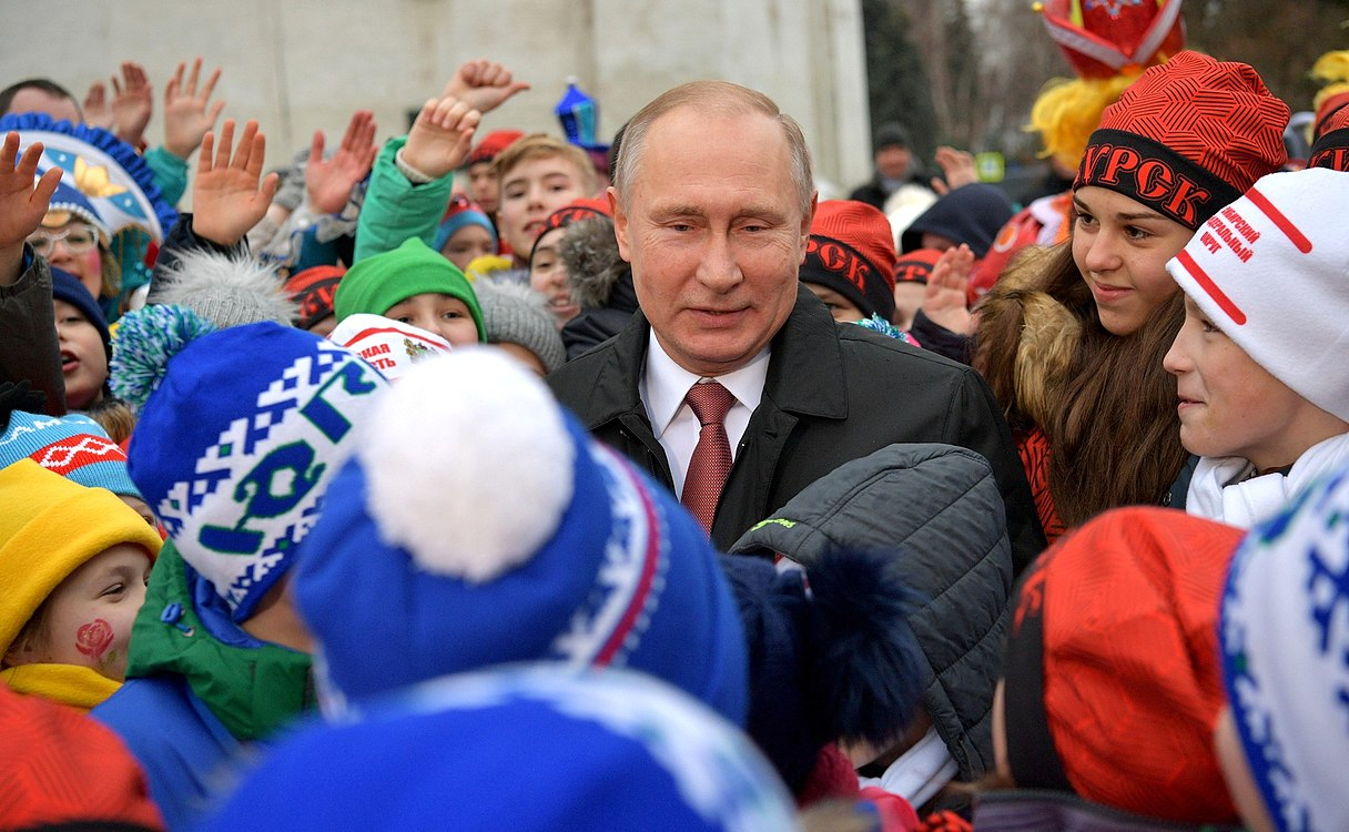 Putin with children 2017-12-26 03.jpg