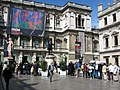 Queue at the Royal Academy of Arts - panoramio.jpg
